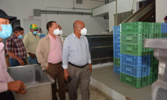 Toribio visita productores de frutas y de arroz, en Cotuí