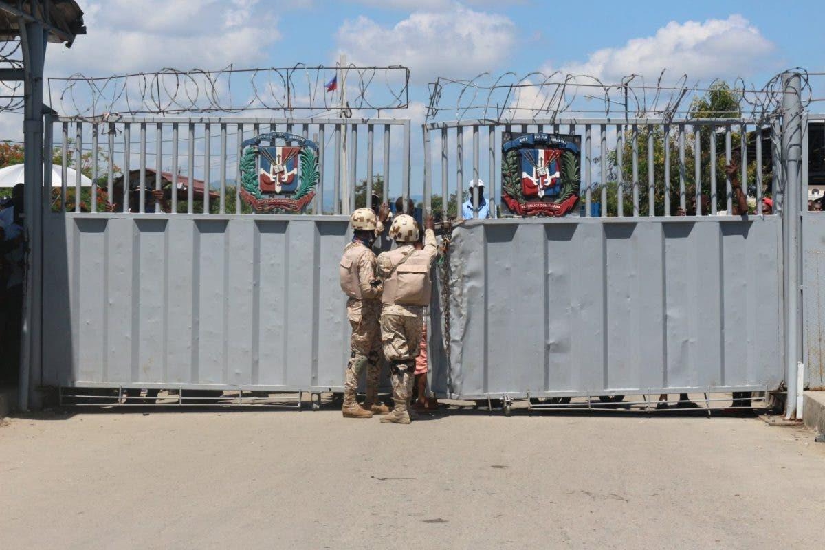 Dominicana mantiene cerrada su frontera con Haití