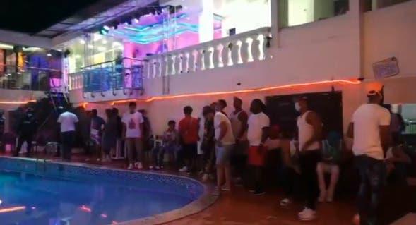 Detienen 36 personas participaban en una fiesta clandestina en Santo Domingo Este