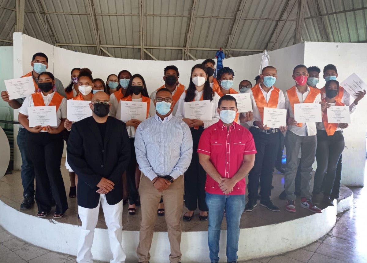 Gradúan jóvenes de Santo Domingo Este en habilidades para el empleo