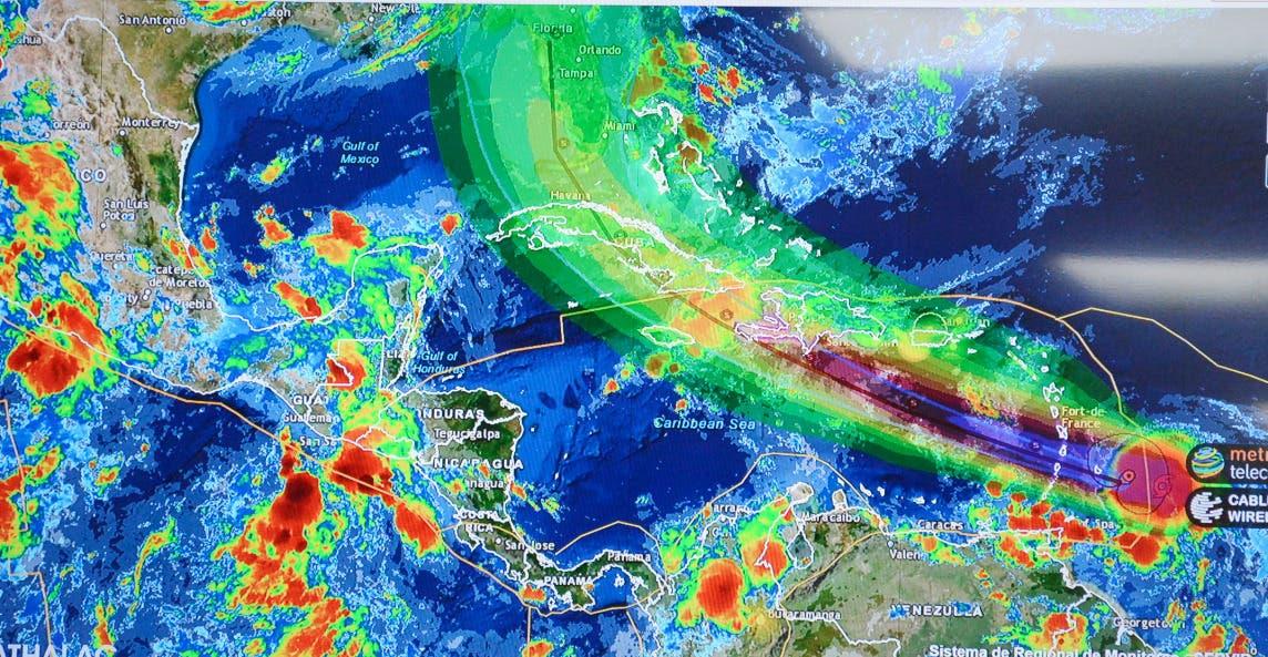 El huracán Elsa se intensifica en su avance por el este del Caribe