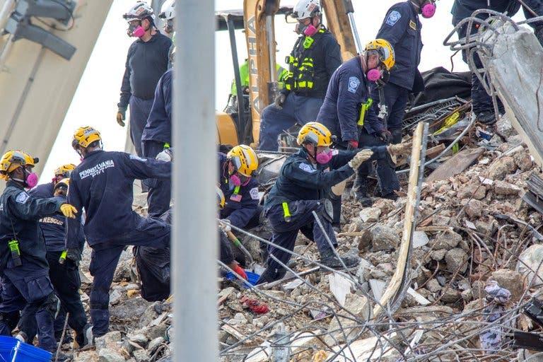 Hallan siete cuerpos más entre escombros del edificio derrumbado en Miami; van 86