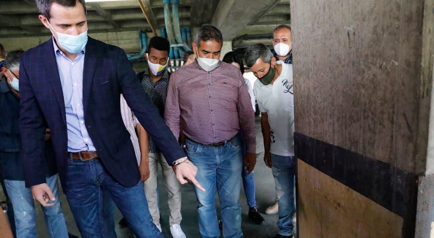 Guaidó aparece en la puerta de su casa tras denuncia de posible detención