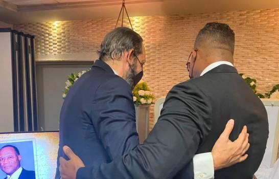 Juan Luis Guerra asiste al funeral privado de Johnny Ventura
