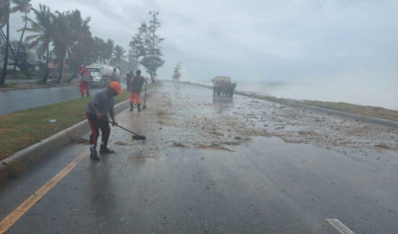 Rocas y escombros en autopista 30 de Mayo por oleaje tormenta Elsa