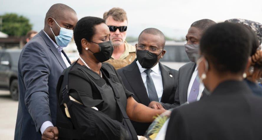 Video: La viuda del presidente Jovenel Moise regresa a Haití; baja del avión caminando