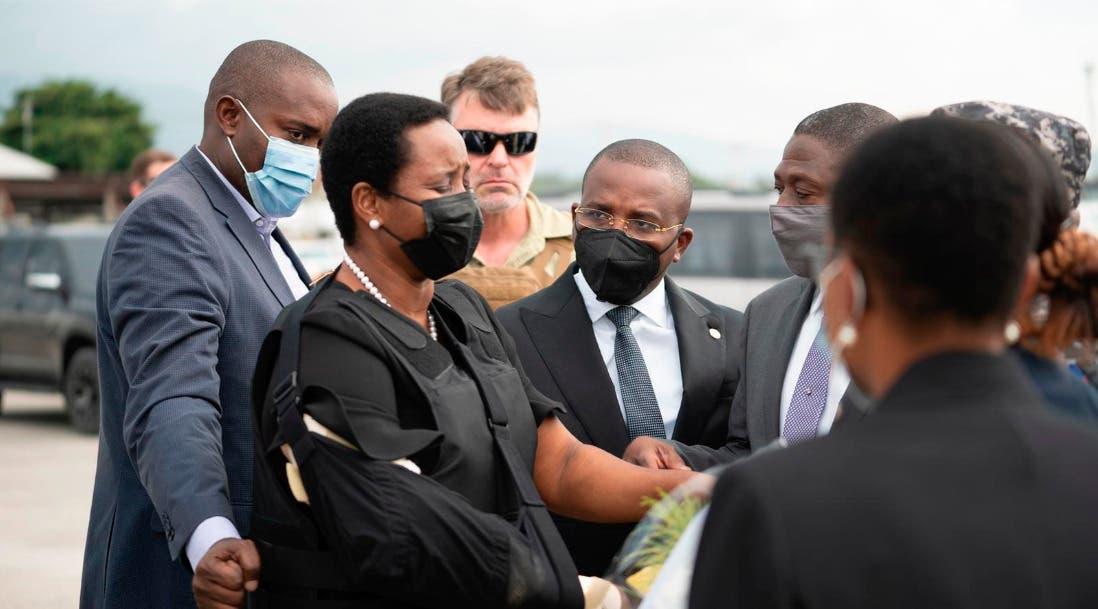 Video: Martine Moise baja de avión caminando y visiblemente afectada a su llegada Haití