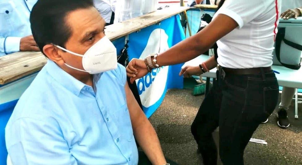 Ministro Salud Pública se puso tercera dosis de vacuna contra covid