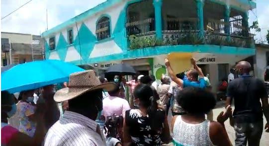 Moradores de Nuevo Amanecer en Los Alcarrizos piden arreglo de calles