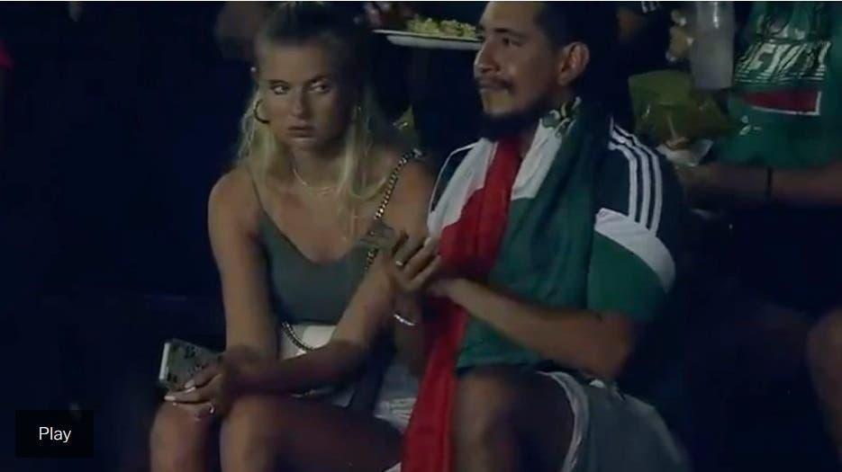 Lo que se hace por amor: mujer se hizo viral por aburrirse con su cita en partido fútbol