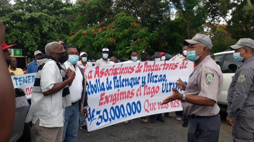 Productores de cebolla de San Cristóbal y Baní montan piquete frente a Agricultura