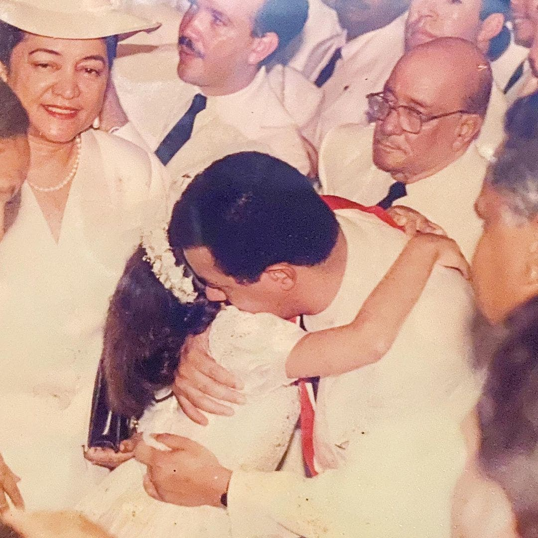 Nicole Fernández reconforta a Leonel Fernández tras la muerte de su madre