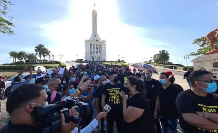 Cientos se manifiestan en Santiago contra el toque de queda