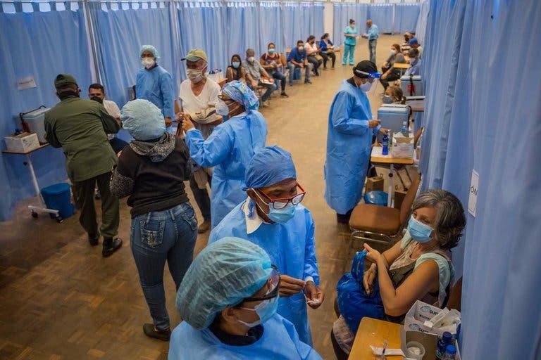 Filas interminables de madrugada y  estafas: así funciona el plan de vacunación en Venezuela