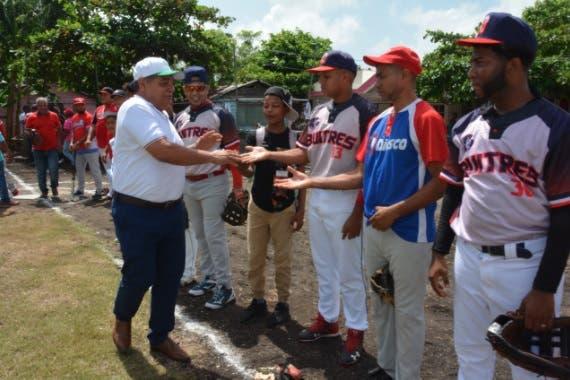 Empresario llama a jóvenes a practicar deportes