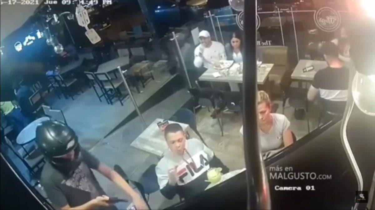 Viral: un hombre no dejó de comer sus alitas de pollo durante asalto en Nuevo León