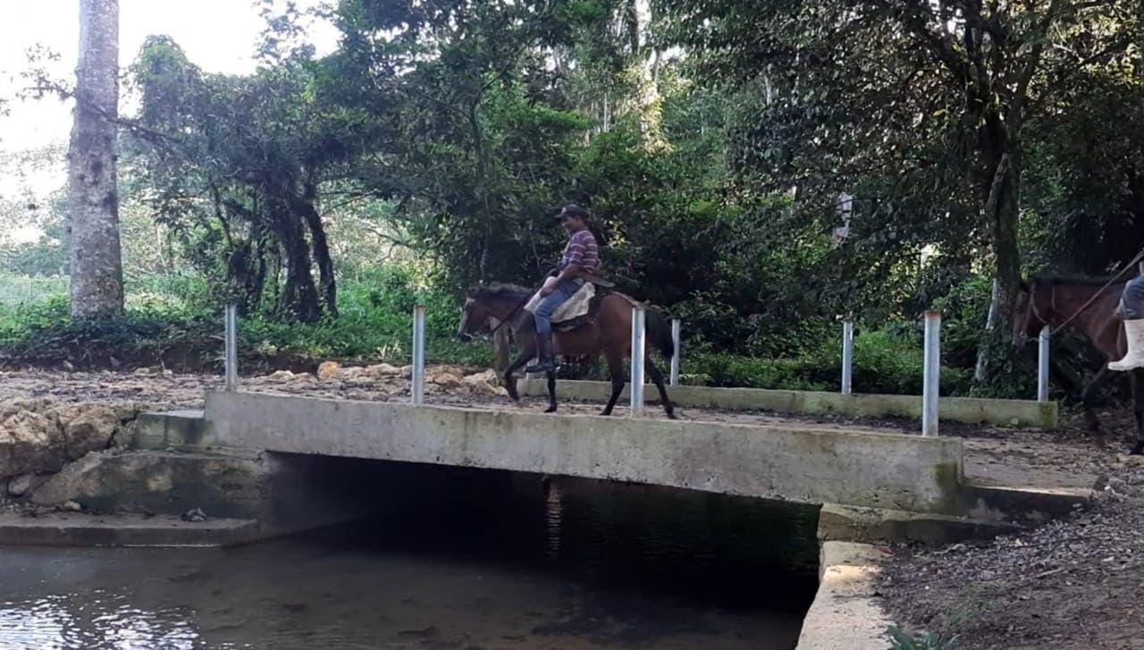 Cientos de productores de benefician de puente construido por Alcaldía sobre Río Sabana en Bayaguana