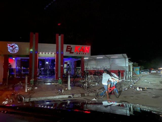 Desconocidos matan a tiros a dos jóvenes mientras compartían en un bar en Sabana de la Mar