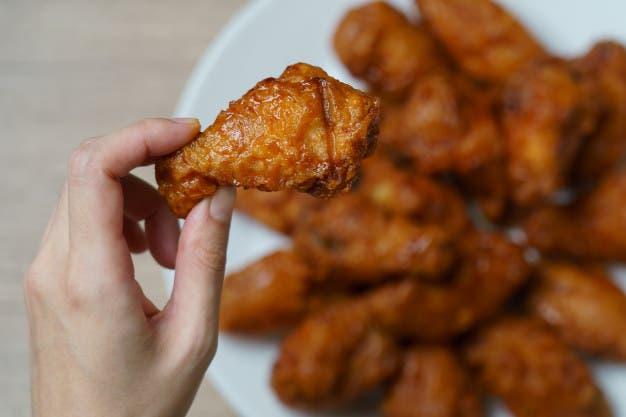 Norma de etiqueta: comer con las manos está reservado para ciertos alimentos