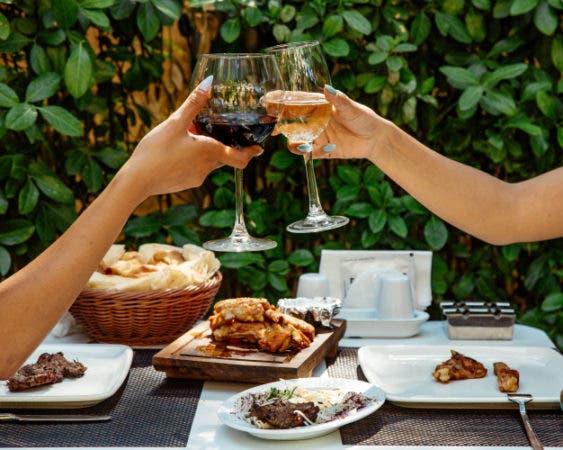 Normas de etiqueta: Bebe despacio, disfruta del vino. Foto Freepik