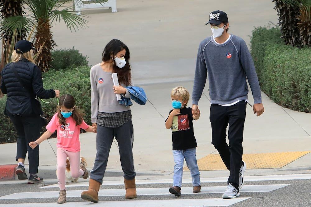 """Mila Kunis y Ashton Kutcher: """"Bañamos a nuestros hijos solo cuando se ve que están sucios"""""""