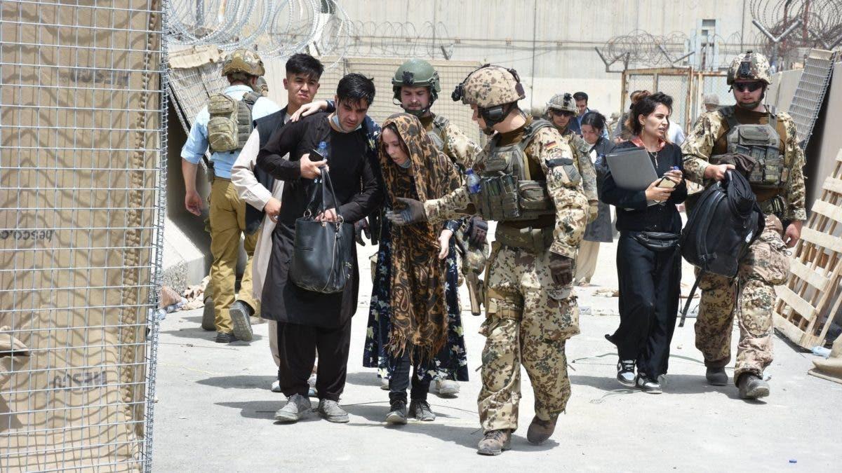 Las fuerzas de EEUU piden evitar el aeropuerto de Kabul tras los atentados