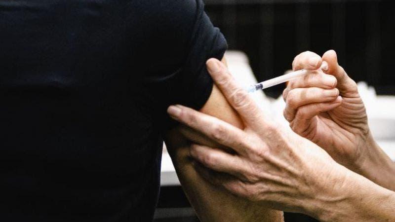 COVID-19: Enfermera alemana es investigada por vacunar unas 8,600 personas con solución salina
