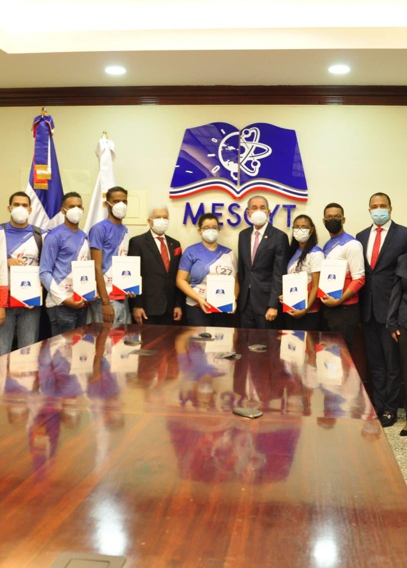 Ganadores concurso de la NASA reciben becas