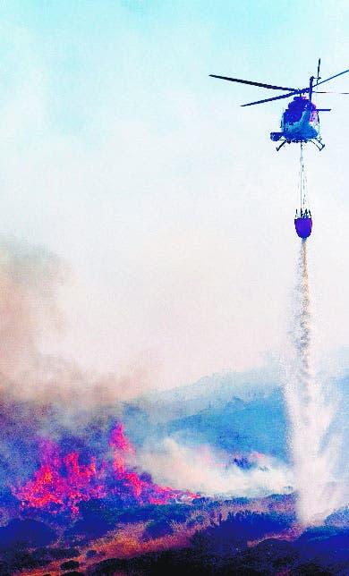 Evacúan a cientos por fuego; puede empeorar