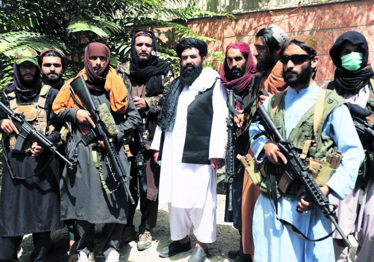Estudiantes del Corán con un AK-47 en mano