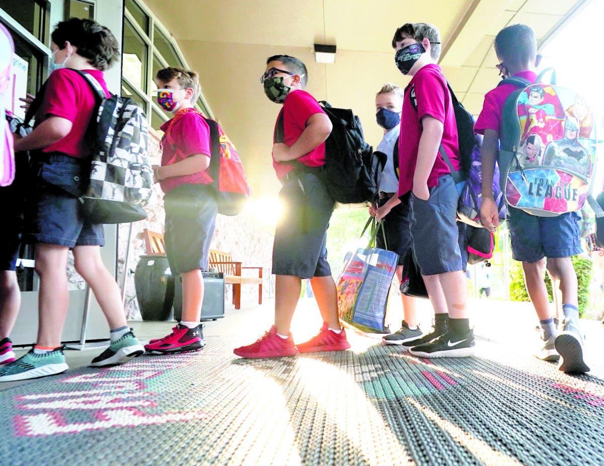 Alumnos de Miami van hoy a las escuelas con mascarillas anti-covid