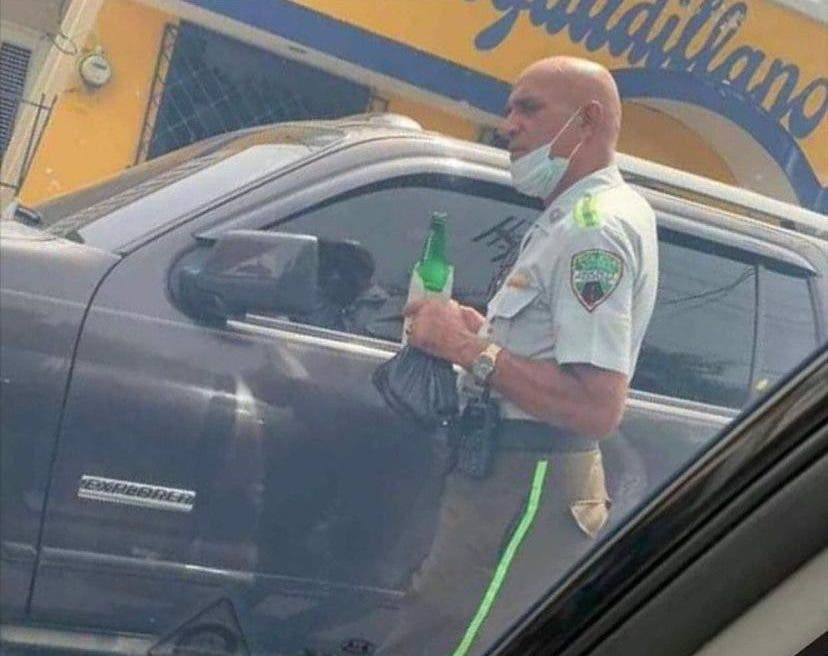 DIGESETT investiga oficial aparece en foto con una cerveza en la mano
