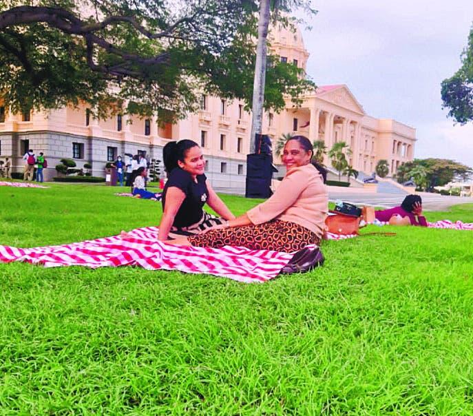 Familias comparten un picnic en jardines Palacio Nacional