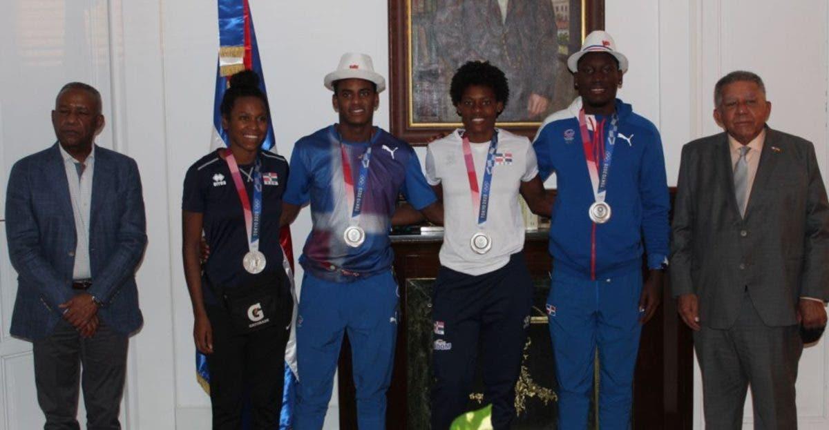 Juan Bolívar recibe medallistas en españa