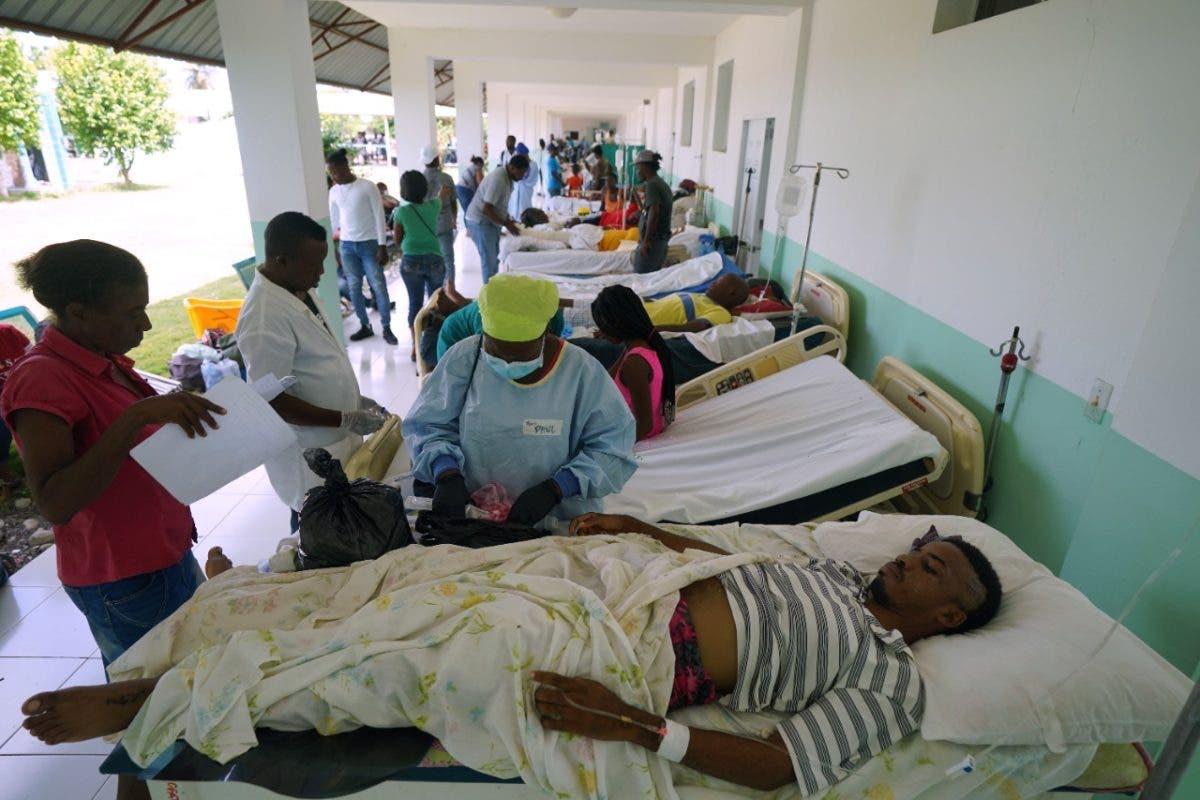 Hospitales y funerarias al límite tras terremoto en Haití