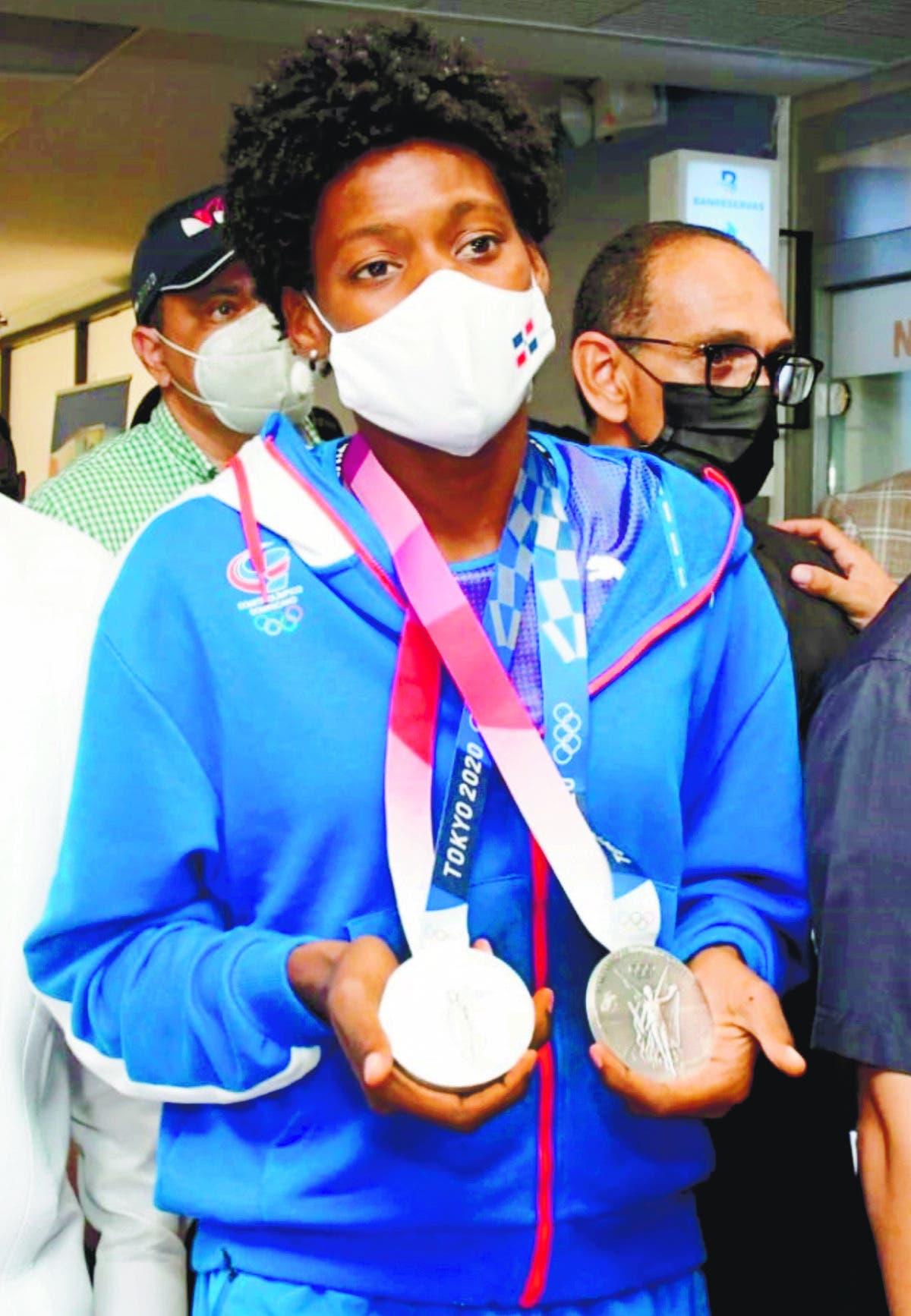 Medallista la reciben con todos los honores Marileidy entregó sus medallas a su madre y abuela