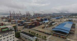 Cierre parcial del mayor puerto del mundo podría agravar atascos logísticos