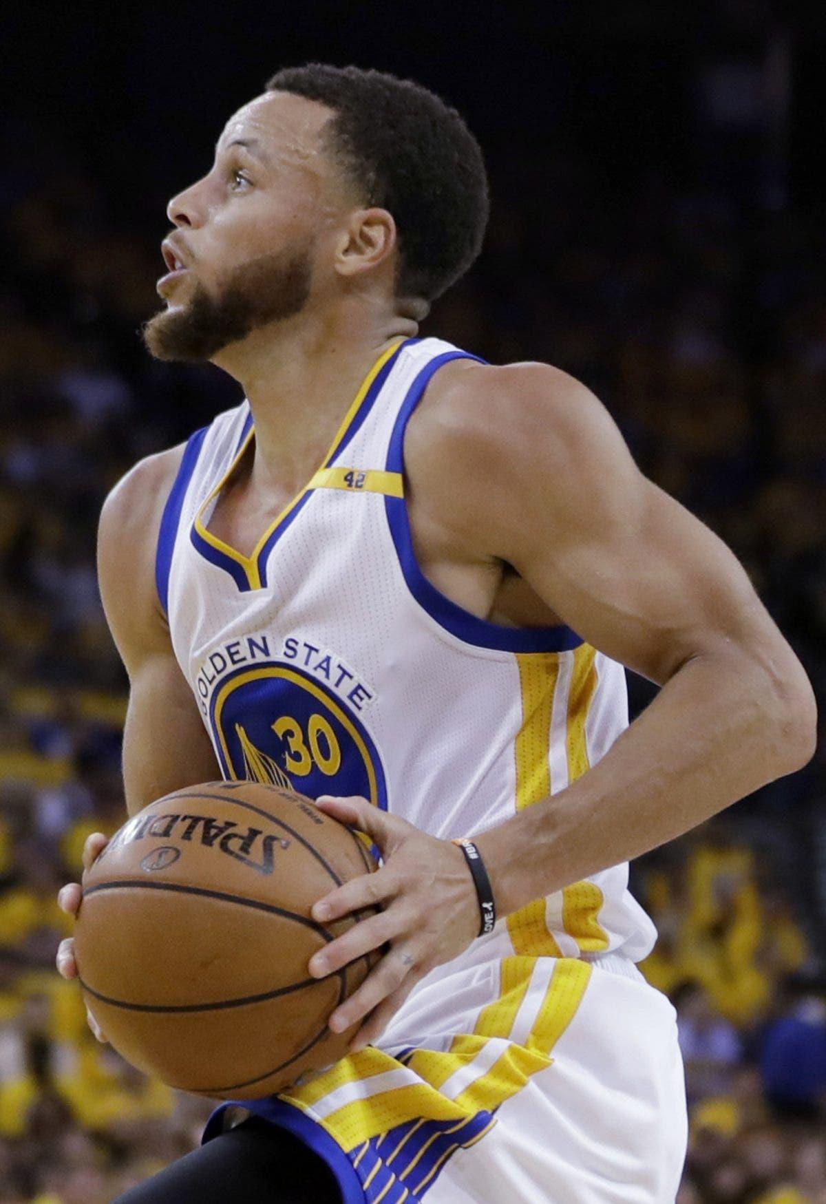 Curry cerca ampliar contrato por 4 años y 215 millones