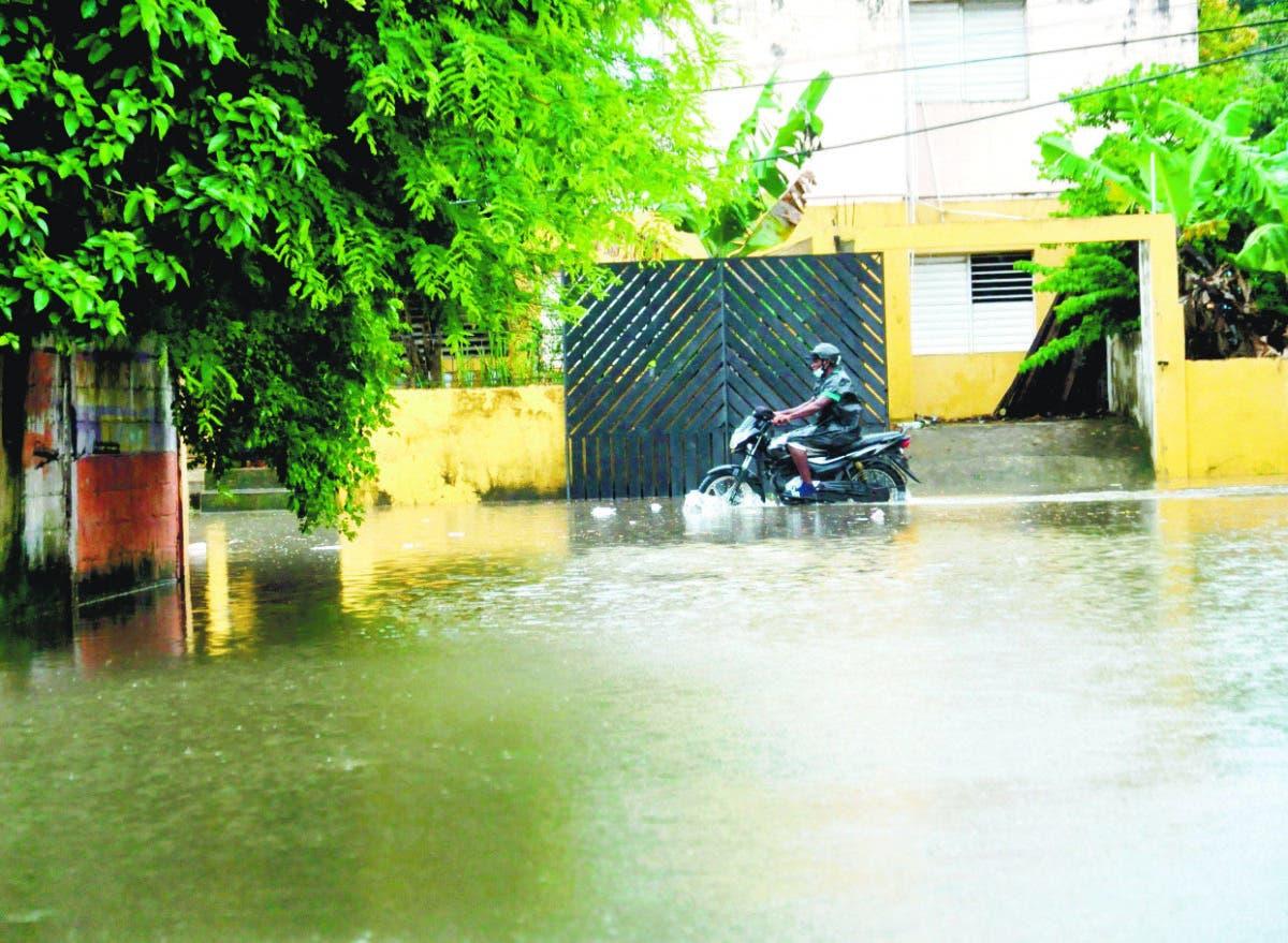 Grace se aleja; deja lluvias, vientos y 2,050 desplazados