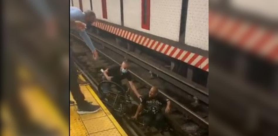 Video: Hombre en silla de ruedas cae en metro de Union Square y mire lo que sucede