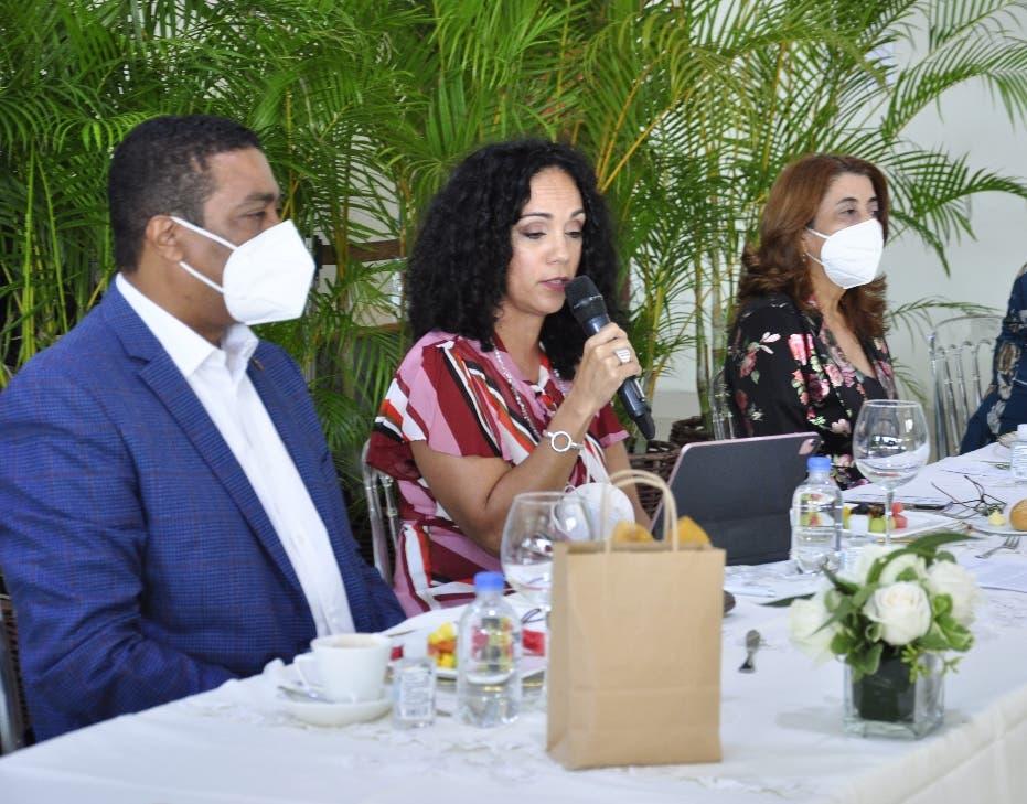 Paridad de género, tema central de reunión entre JCE, LMD y alcaldesas