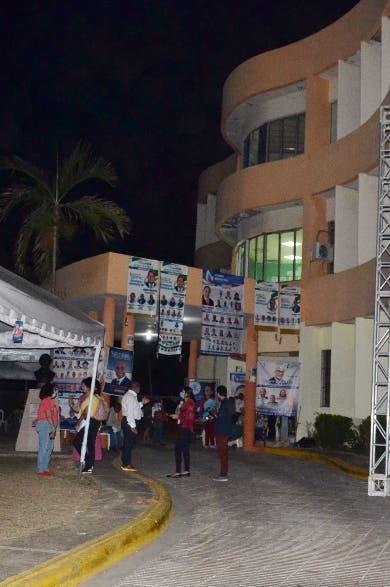 Periodistas esperan resultados elecciones