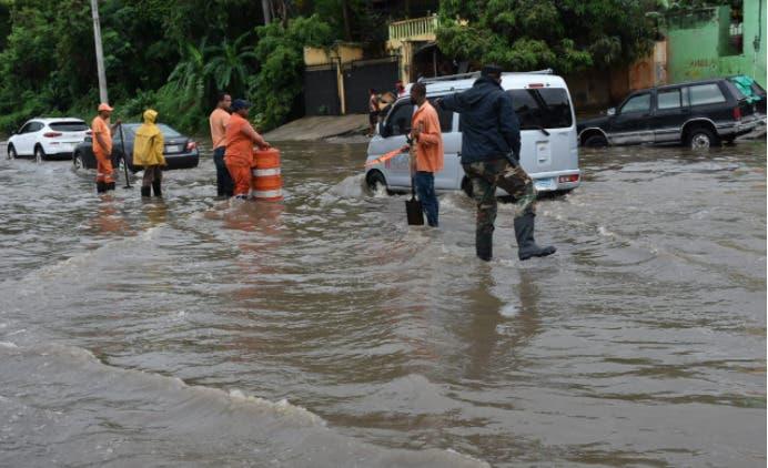 Obras Públicas busca solución a problema de acumulación de agua en autopista Duarte