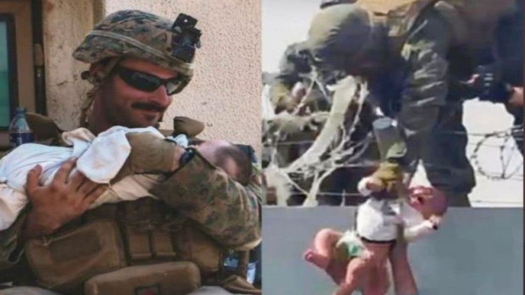 Un bebé afgano es entregado por encima de un muro en Kabul a soldados de EEUU