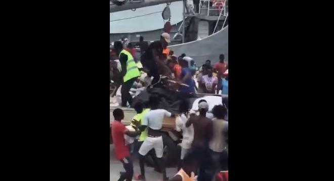 Grupo de haitianos se abalanza contra buque de RD envió ayuda humanitaria