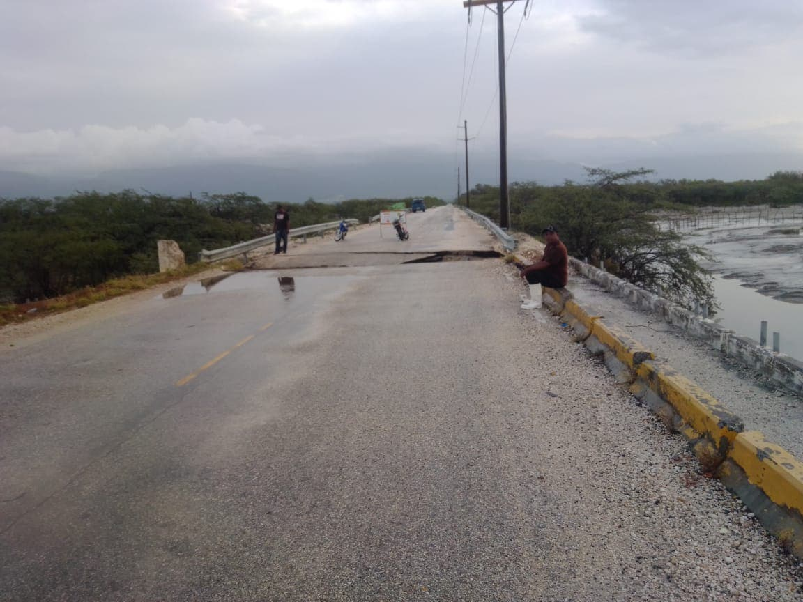 Lluvias de Grace provocan colapso en tramo del puente que comunica Neiba con Duvergé