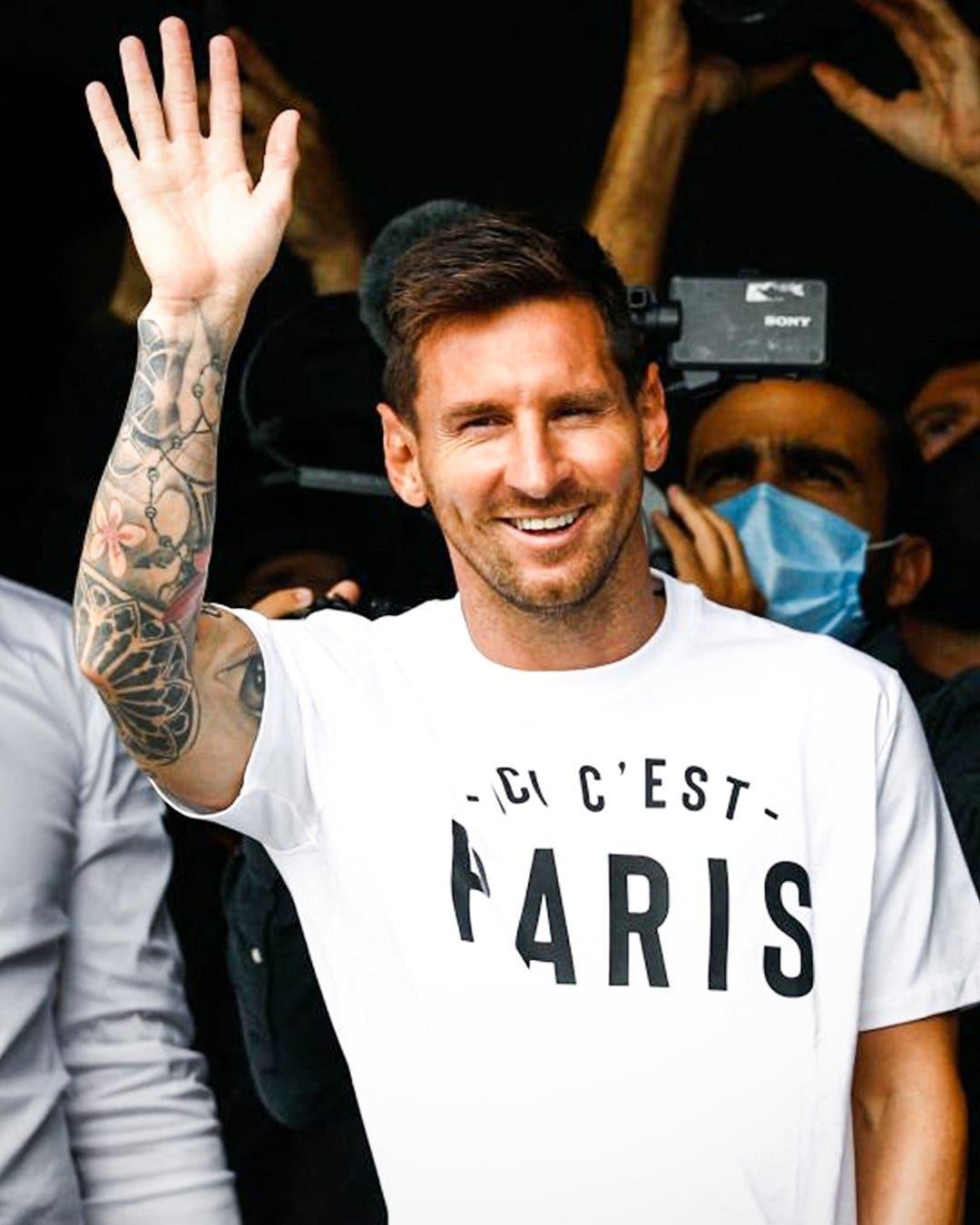 Messi aterriza en París para firmar por el PSG