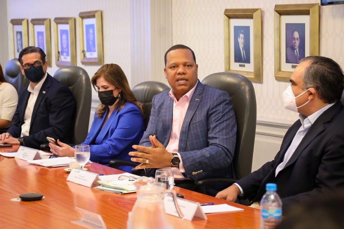 Eddy Alcántara y sector empresarial se reúnen para fortalecer a Pro  Consumidor
