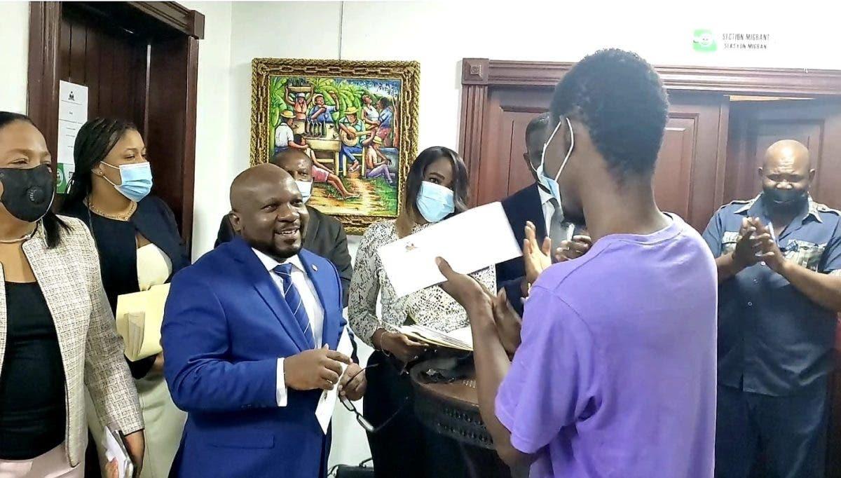 Embajada de Haití en RD inicia entrega de 200 pasaportes visados a estudiantes haitianos