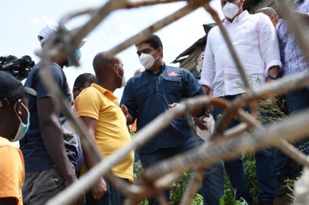 Director CAASD brinda asistencia a familia afectada por derrumbe en cañada de Guajimía